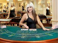 blonde vrouw aan de live baccarat tafel