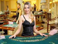 blond meisje aan de live blackjack tafel