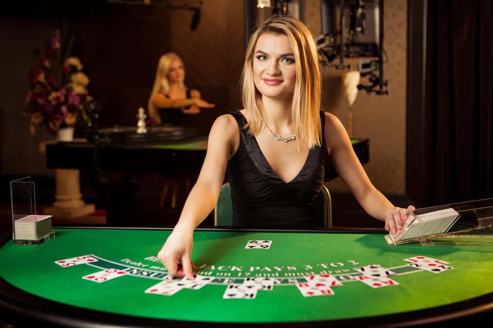 Blonde vrouw aan de live casino tafel